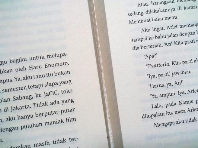 Perbedaan ukuran tulisan dan tepi batas dari dua novel.